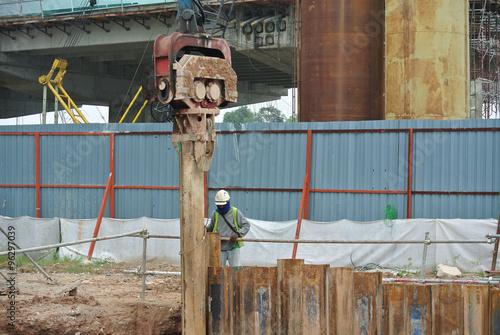 Fotografía  Retaining wall steel sheet pile cofferdam installation by machine