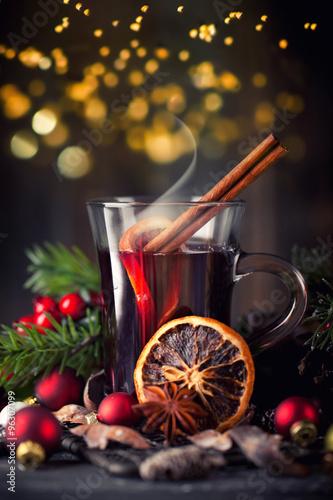 dampfender Glühwein im Glas