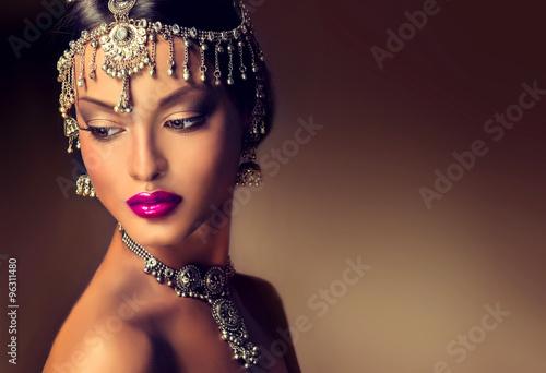 Fotografía  Beautiful Indian women portrait with jewelry
