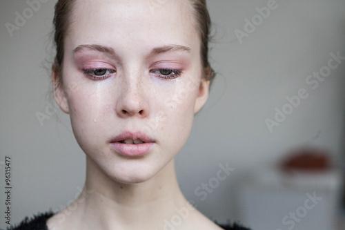 Fotografía  beautiful young girl crying
