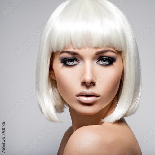 moda-piekny-portret-mlodej-kobiety-o-blond-wlosach-i-czarny-zrobic