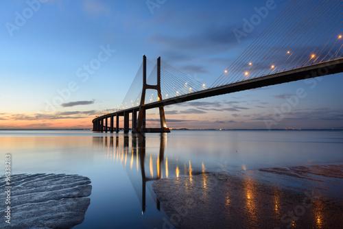 Ponte Vasco da Gama ao anoitecer com iluminação. - 96338283