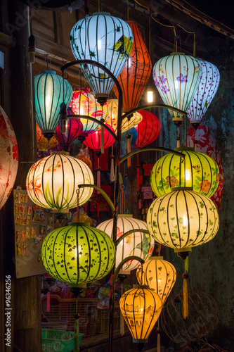 Poster  Papierlaternen auf den Straßen der alten asiatischen Stadt