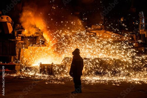 Carta da parati Steelworker near a blast furnace with sparks