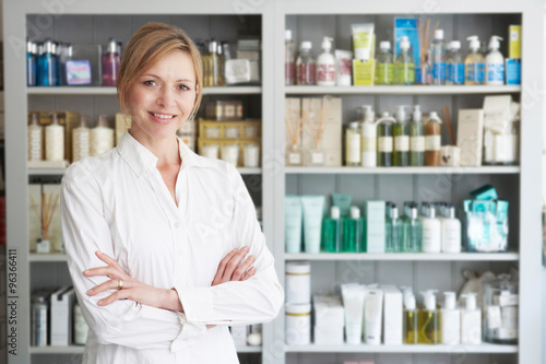 Photo  Beautician Advising On Beauty Products