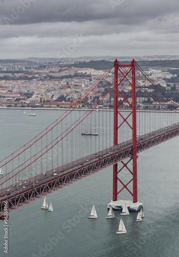 25-de-abril-bridge-w-lissabon-portugalia