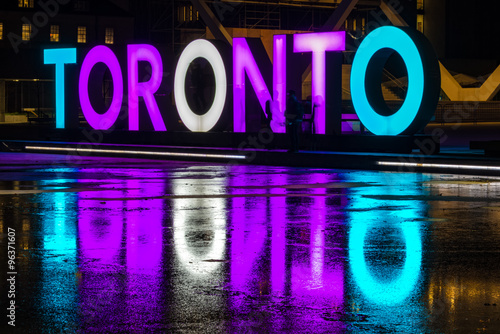 In de dag Toronto Toronto Nathan Philiips square at night