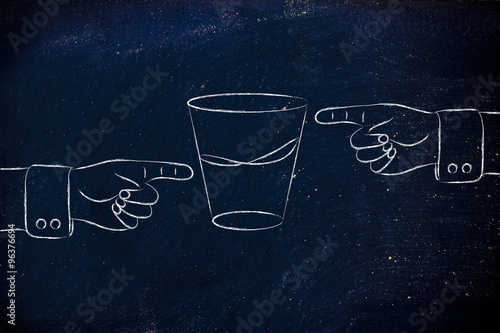 Fotografía  hands pointing at half full and half empty sides of glass of wat