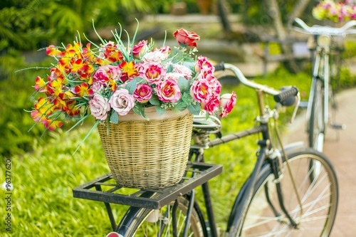 La pose en embrasure Velo flower basket on the classic bicycle