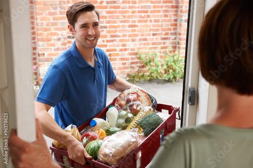 Fotografía  La entrega de conductor en línea compras en el supermercado Orden