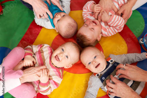 Fotografia  Overhead View Of Babies Having Fun At Nursery Playgroup