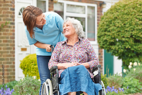Fotografia  Carer With Senior Woman In Wheelchair
