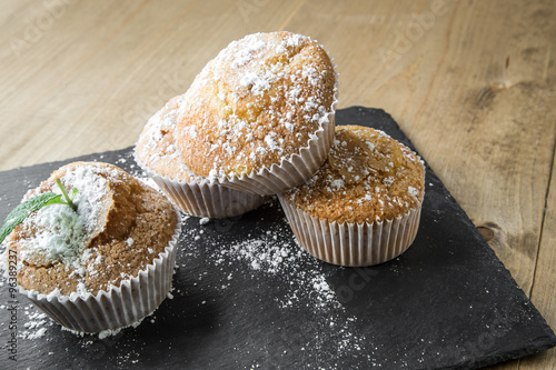 Fotografía  Homemade muffins with star anise, cinnamon and mint