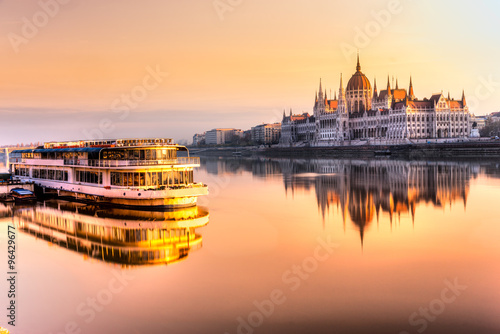 Fotografie, Obraz Budapest parliament at sunrise, Hungary