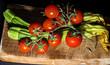 Pomodori e zucchine su tagliere