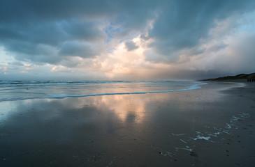 Donkere onweersbuien boven het strand
