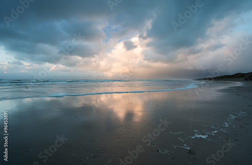 Foto op Plexiglas Blauw Donkere onweersbuien boven het strand