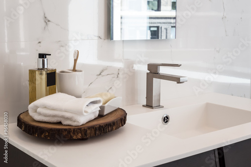 Foto  Clean contemporary bathroom sink
