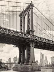 Fototapeta Nowy York Black and white view of the Manhattan bridge in New York