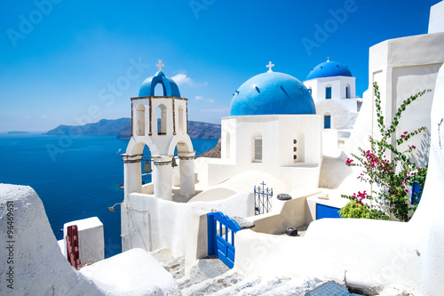 Fototapeta Scenic view of white houses and blue domes on Santorini obraz