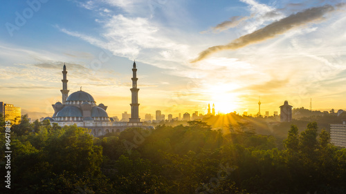 Photo  Sunrise at Federal Mosque Kuala Lumpur, with silhouette city skyline