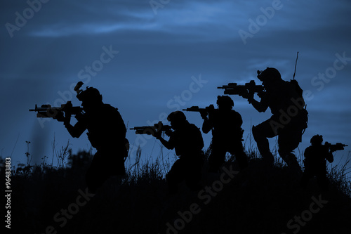 Photo Silhouette of soldier with rifle..