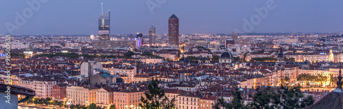 Papiers peints Aubergine Lyon, panorama nocturne de la ville