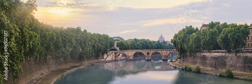 ponte-sisto-most-w-historycznym-centrum-rzymu-rozciagajacy-sie-wzdluz-tybru