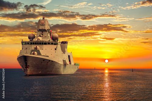 wojskowy-statek-na-morzu-o-wschodzie-slonca