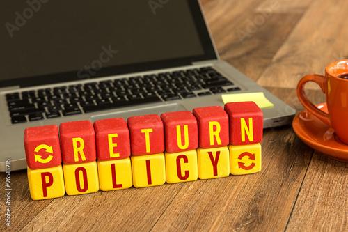 Fotografía  Return Policy written on a wooden cube in a office desk