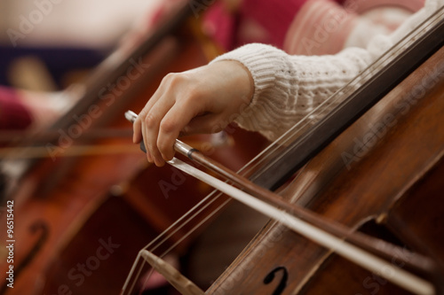 Fotografia Hand girl playing cello closeup