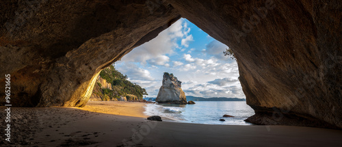 Montage in der Fensternische Cathedral Cove Cathedral Cove, New Zealand.