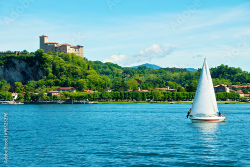 Tuinposter Zeilen Sailing with the Angera Rocca on the background