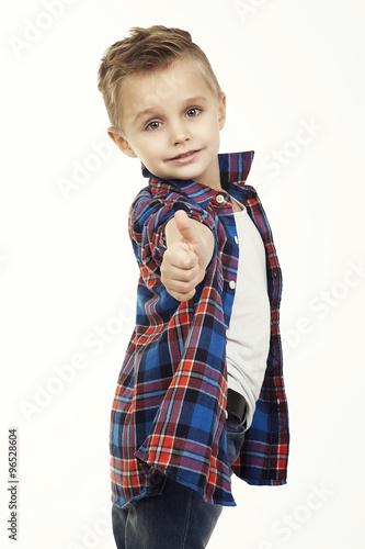 zabawne-dziecko-modny-maly-chlopiec-w-okularach-dzinsach-bialej-koszulce-i-kraciastej-koszuli-elegancki-dziecko-w-butach-sportowych-modne-dzieci