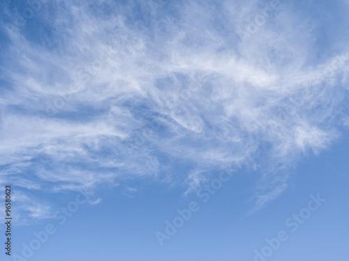chmur-pierzastych-chmury-w-niebieskim-niebie