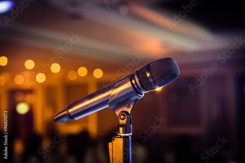 Fotografía  Wireless microphone stand on the stage venue with blur bokeh bac