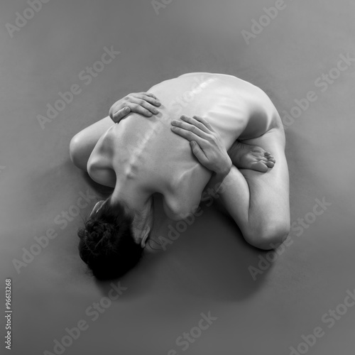 Naked yoga. Beautiful sexy body of young woman on gray background Billede på lærred