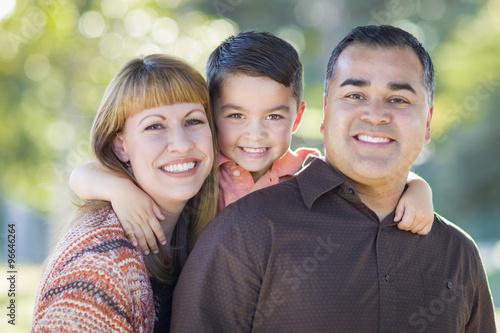 Foto  Junges Mischrasse-Familien-Portrait draußen