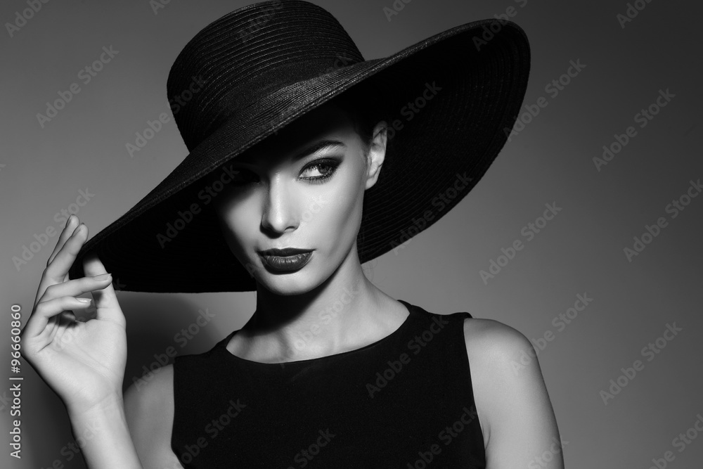 Fototapeta Czarno-biały portret eleganckiej kobiety - obraz na płótnie