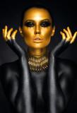 Piękny kobieta portret w złocie i czerni kolorach - 96676494