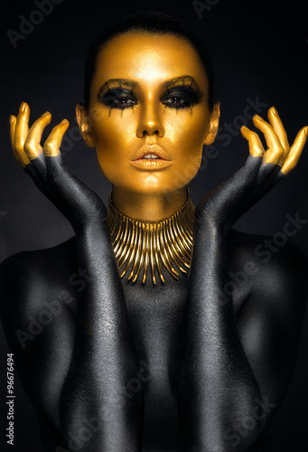 Poster Snelle auto s Beautiful woman portrait in gold and black colors