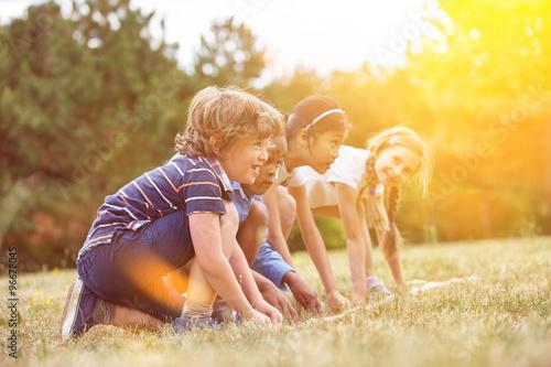 Fotografie, Obraz  Gruppe Kinder beim Wettlaufen am Začátek