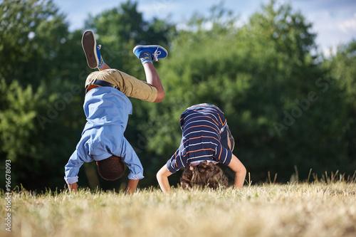 Zwei Jungen machen einen Purzelbaum