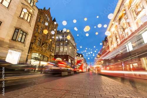 Photo  Oxford street in London with Christmas lights and blurred traffi