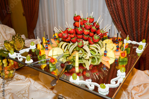 Buffet Di Dolci E Frutta : Buffet di dolci e frutta buy this stock photo and explore