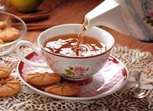 Versare Il Tè Caldo Nella Tazza Di Porcellana