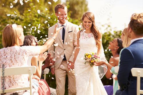 Fotografía  Guests Throwing Confetti Over Bride And Groom At Wedding