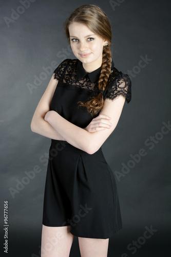 Teen In Schwarzem Kleid Trägt Zopf Oder Flechtzopf Als
