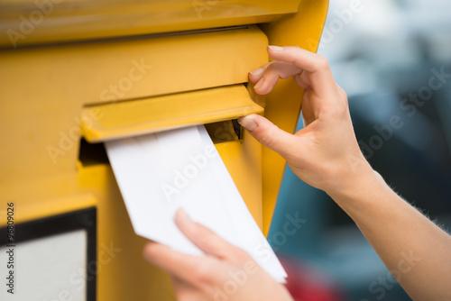 Fotografia  Ręce kobiety Wstawianie listu w skrzynce pocztowej