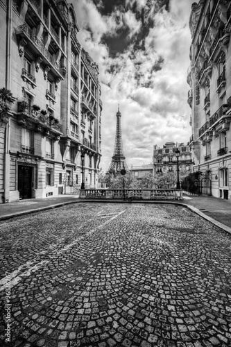 Fotografia, Obraz  Eiffel Tower seen from the street in Paris, France